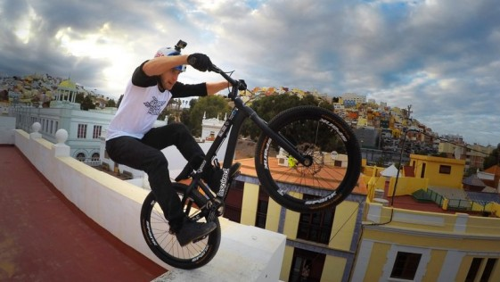 """Quién es ese escocés """"loco"""" que va en bici por los tejados de Las Palmas"""